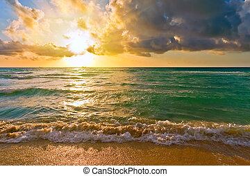 Al amanecer, océano atlántico, FL, Estados Unidos