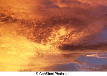 Al atardecer del cielo naranja
