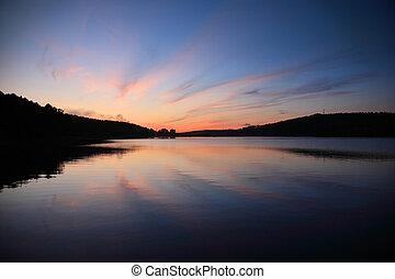 Al atardecer sobre el lago