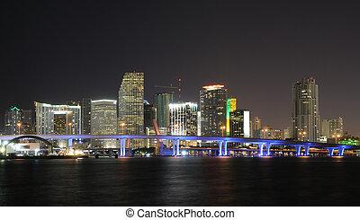 Al centro de Miami Skyline por la noche. Florida, Estados Unidos