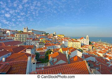 Al viejo distrito de Lisboa por la noche