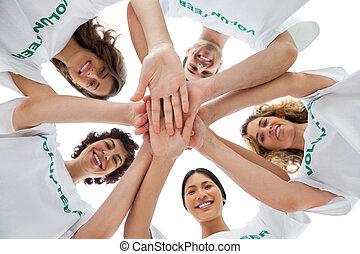 Alegre grupo de voluntarios que se unen