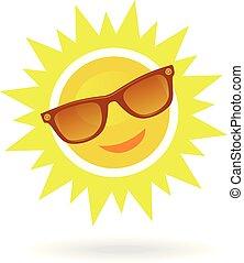 Alegre, sonriente sol de dibujos animados con gafas de sol sobre fondo blanco.