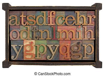 Alfabeto en caja de madera rústica