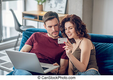 algo, compra, escoger, pareja joven, en línea
