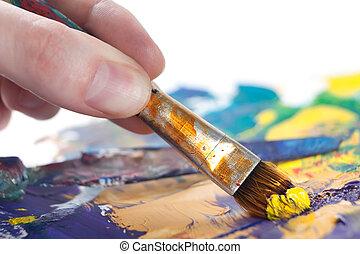 Alguien está pintando algo con pincel