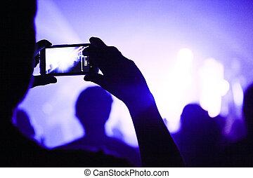 Alguien que habla durante un concierto