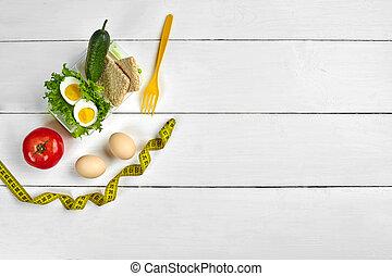 Almuerzo con comida saludable. Huevos, verduras en fondo blanco de madera. Vista superior con espacio de copia