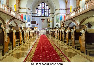 Altar en la iglesia antes de la boda