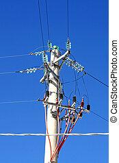 Alto mástil con cables para transportar electricidad a casas y fábricas