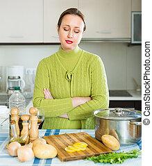 Ama de casa cansada en la cocina