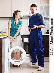 Ama de casa hablando con un trabajador