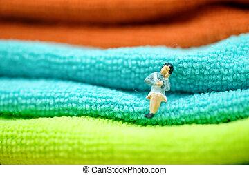 Ama de casa sentada en la toalla doblada.