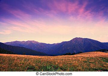 Amanecer de la montaña con nubes rosadas y violetas