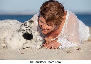 Amante dueño de perros en la playa