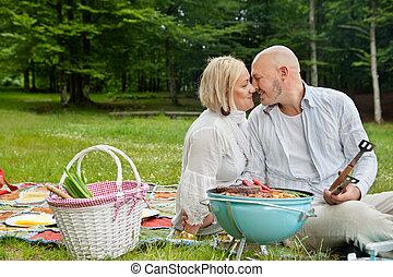 Amar a una pareja en un picnic al aire libre