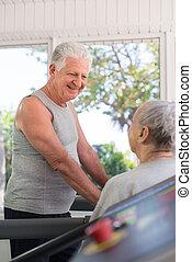 Amigos activos hablando y trabajando en el gimnasio