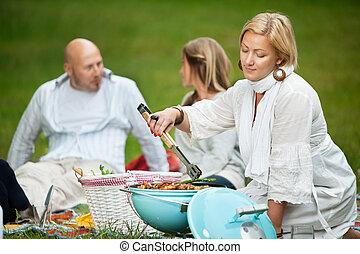 Amigos BBQ picnic en el parque