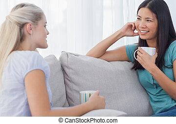Amigos bebiendo café y hablando juntos
