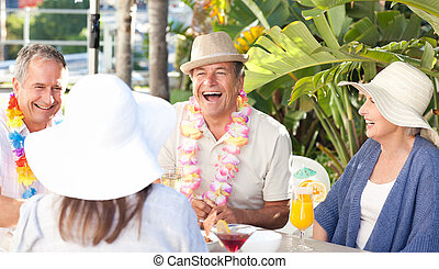 Amigos bebiendo juntos bajo el sol