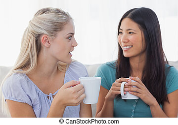 amigos, café, encima, tazas, charlar, joven