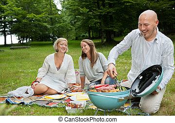 Amigos comiendo en un picnic al aire libre