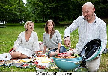 Amigos con picnic en el parque
