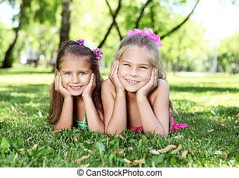 Amigos en el parque de verano