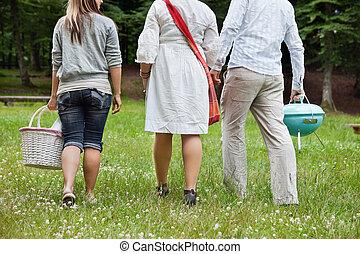 Amigos en un picnic de fin de semana