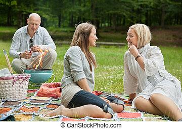 Amigos felices en un picnic al aire libre