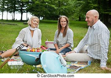 Amigos felices haciendo picnic