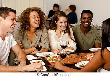 amigos, grupo, reír, restaurante
