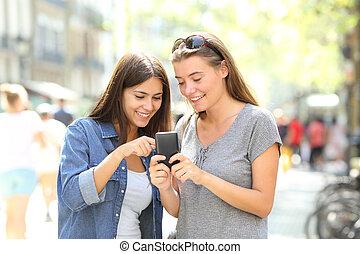 Amigos hablando de contenido de teléfono inteligente