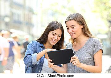Amigos hablando de contenido online en una tableta