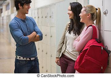 Amigos hablando en el pasillo de la universidad