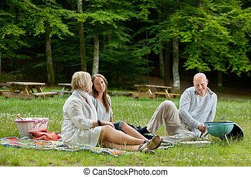 Amigos haciendo picnic al aire libre