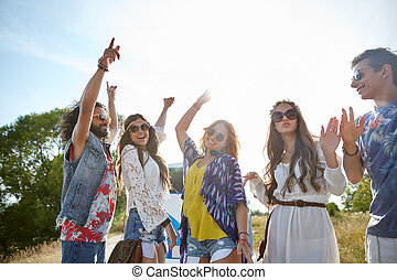 Amigos hippies felices bailando al aire libre