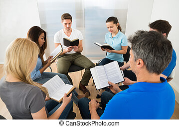 Amigos leyendo la Biblia