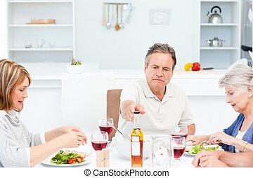 Amigos maduros almorzando juntos