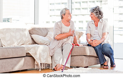 Amigos maduros hablando en el sofá