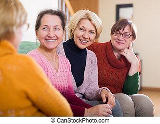 Amigos mayores charlando en la habitación