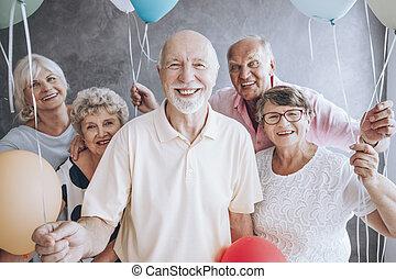 Amigos mayores disfrutando de la fiesta de cumpleaños
