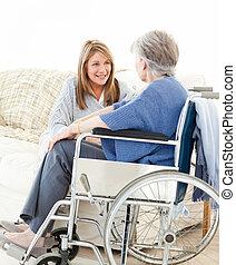 Amigos mayores hablando juntos