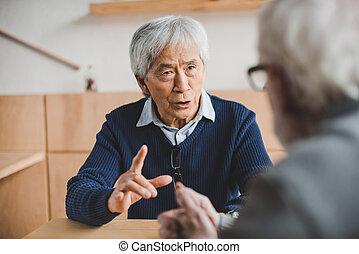 Amigos mayores teniendo una discusión
