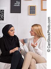 Amigos multiculturales bebiendo café