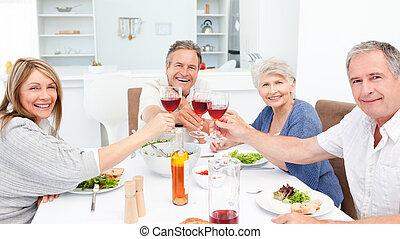 Amigos retirados brindando juntos