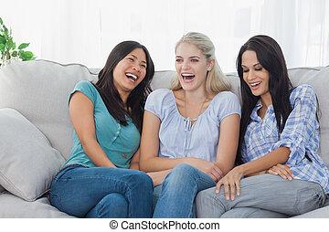 Amigos riendo juntos