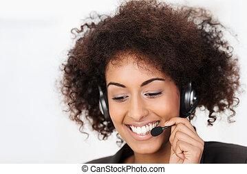 Amistoso operador de llamadas afroamericanas