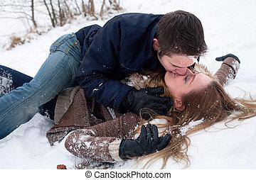 Amor de nieve apasionado en el suelo