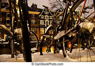 Amsterdam de nieve por la noche